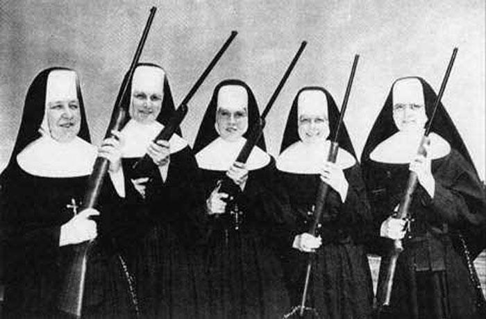 3-monjas-armadas-hasta-los-dientes-guerrilleras-amazonas-de-la-iglesia-guerra-civil-espanola-espana-el-clero-en-armas-guardia-personal-del-papa-monjitas-belicosas-rifles-escopeta-armame